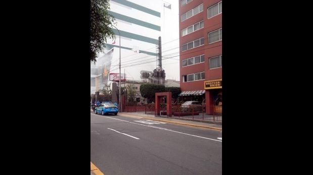 Conato de incendio en chimenea de pollería fue controlado (Foto: Twitter @ljcisneros)