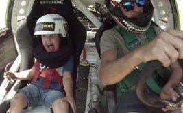 Extravagante reacción de un niño que ama la velocidad [VIDEO]