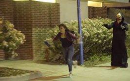 La broma de un 'fantasma volador' que asusta a peatones