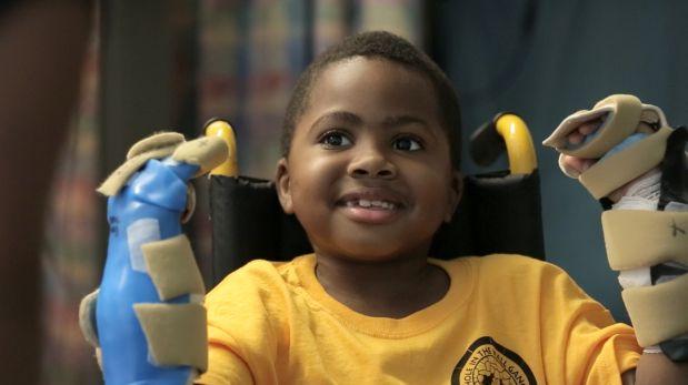 Aprendió a utilizar sus antebrazos para escribir, comer y jugar videojuegos. (Foto: AFP)