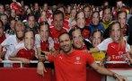 Enmascarados de Petr Cech alegran el estadio de Arsenal