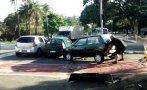 Hombre levantó auto que bloqueaba vía para bicicletas [VIDEO]