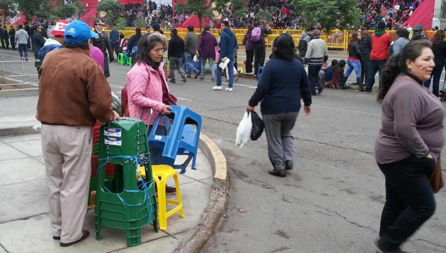 Comerciantes venden de todo en la Gran Parada Militar