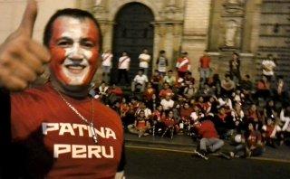 Patinadores pintaron de rojo y blanco la Plaza de Armas de Lima