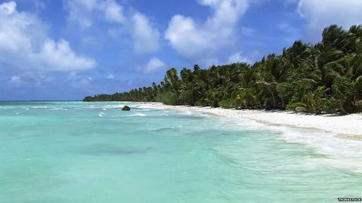 Los arrecifes sulen rodear a islas de arenas blancas bañadas por un mar de oleaje suave.