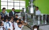 Niños de Paita consumen gratuitamente leche de 'vaca mecánica'