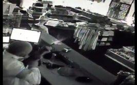 Atacó con un fusil a ladrones que entraron a su tienda [VIDEO]