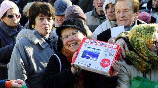 Se espera que los jubilados utilicen la tablet para realizar trámites a través de Internet.(Foto: Marcelo Bonjour / El País)
