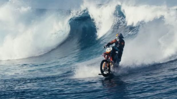 Australiano logró surfear con su moto grandes olas