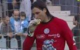 Portero comió hamburguesa que le tiraron desde tribuna [VIDEO]