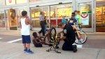 Foto de policía arreglando una bicicleta conmovió a todo EE.UU. - Noticias de pagina