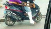 Motociclista conduce por Lima pese a tener una pierna enyesada