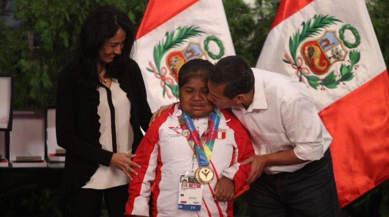Ollanta Humala recibió a cada uno de los medallistas con mucho afecto. (Foto: Alessandro Currarino / El Comercio)
