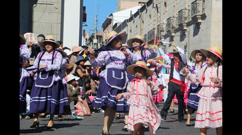 Colorido pasacalle inició festejos por aniversario de Arequipa