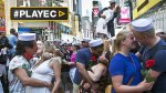 Cientos recrean el beso del Times Square [VIDEO] - Noticias de besos de famosos