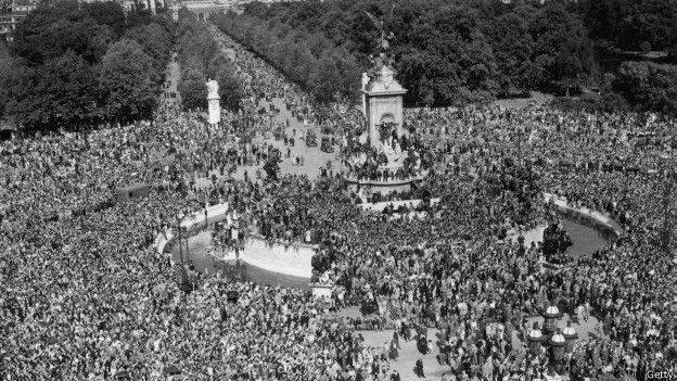 La noticia de la rendición de Japón generó grandes muestras de alegría por todo el mundo, como se ve en esta imagen de los alrededores de Buckingham Palace, Londres. (Foto: Getty Images)