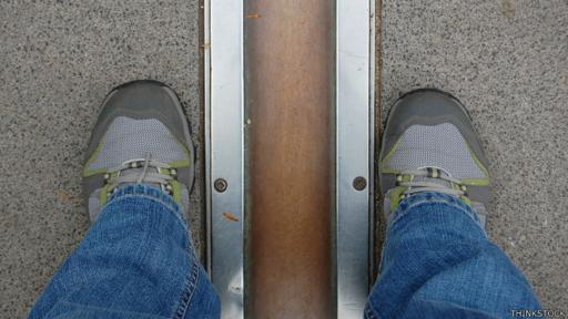 La foto obligada: un pie en el oeste y otro en el este.