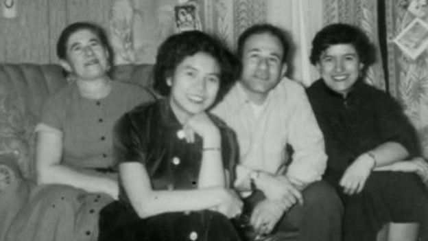 Atsuko (segunda de izquierda a derecha) se casó con Arnold (a su derecha) y se mudó a EE.UU. en 1952. (Foto: BBC Mundo)