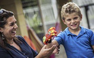 Niño francés recibe una prótesis hecha con una impresora 3D