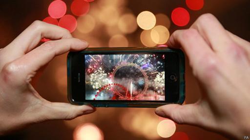 Permite a cualquier usuario emitir en vivo o livestreaming las imágenes captadas con su smartphone para otros usuarios de Periscope.