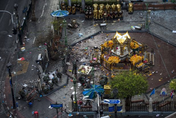Experts investigate the Erawan shrine at the site of a deadly blast in central Bangkok, Thailand, August 18, 2015. A bomb blast at a popular shrine in Bangkok that killed 22 people including eight foreigners did not match the tactics used by separatist rebels in southern Thailand, the country's army chief said on Tuesday. REUTERS/Athit Perawongmetha       TPX IMAGES OF THE DAY