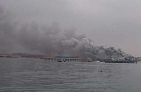 Barco se incendió a orillas del mar del Callao