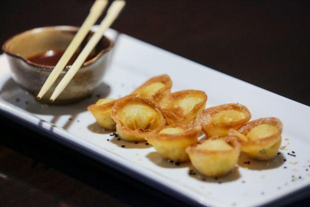 Wantanes japoneses, rellenos con abundante pulpa de cangrejo.