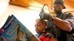 Peluquero corta gratis cabello a niños para impulsar la lectura - Noticias de corte de cabello