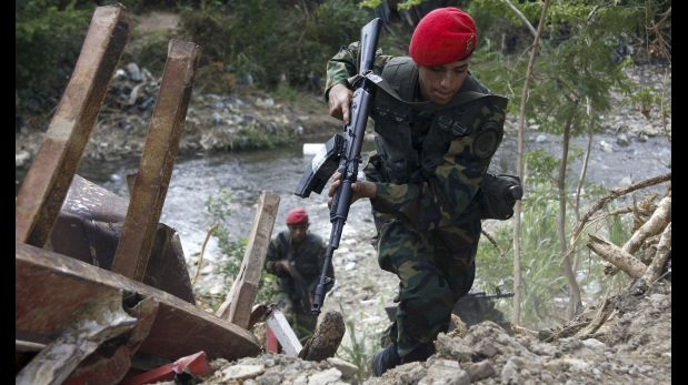 Venezuelan soldiers patrol close to the border with Colombia, as part of a special deployment, at San Antonio in Tachira state, Venezuela, August 23, 2015. Venezuela's closure of two border crossings with Colombia hurts innocent people, Colombia's President Juan Manuel Santos said on Saturday, adding that he hoped to speak to his Venezuelan counterpart Nicolas Maduro to find a solution. Maduro closed the crossings on Wednesday after a shootout between smugglers and troops left three soldiers wounded. He declared a 60-day state of emergency in five border municipalities on Friday, and deployed a contingent of 1,500 soldiers in the border area to join the 500 already stationed there. REUTERS/Carlos Eduardo Ramirez