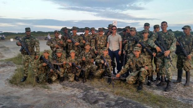 Tom Cruise con las tropas del Ejército de Colombia. (Foto: AFP)