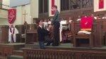 Hombre propone matrimonio a su novio en una iglesia [VIDEO] - Noticias de matrimonio religioso