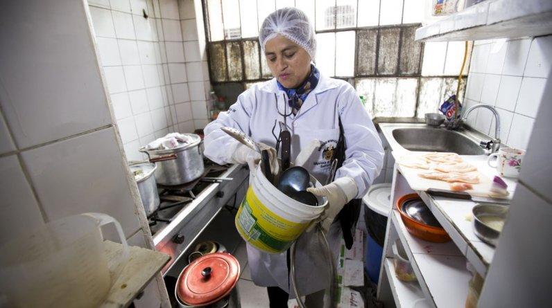 Personal de la Municipalidad de Lima comprobó que tres locales ubicados en los alrededores de la Plaza Mayor expendían alimentos en pésimas condiciones sanitarias. (Difusión)