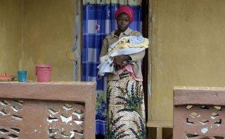 Sobreviviente del ébola da a luz a bebé en Sierra Leona