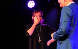 Ilusionista pide la mano a su novia con genial truco de magia