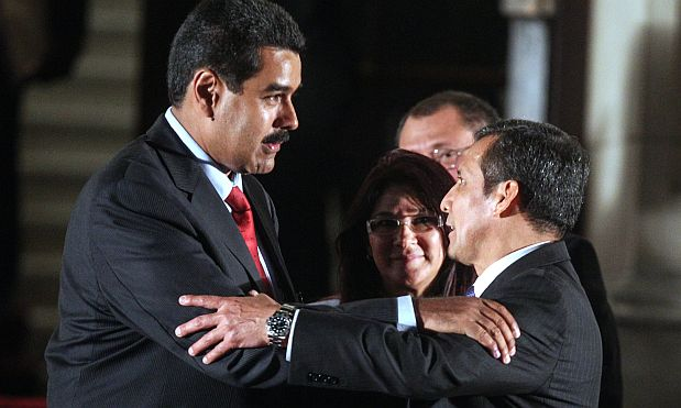 Venezuelan acting president Nicolas Maduro (L) is greeted by Peruvian President Ollanta Humala after the UNASUR presidents meeting in Lima, Peru, to discuss about Venezuelan election on April 19, 2013. Maduro flew to the summit in Peru Thursday, where he received international support for his new government hours before he was to be sworn in to succeed the late Hugo Chavez who died of cancer March 5. AFP PHOTO / SEBASTIAN CASTANEDA