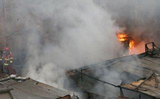 La Victoria: incendio en depósito se extendió a casas aledañas