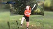 Niña con un brazo sorprende con maniobras de softbol (VIDEO)