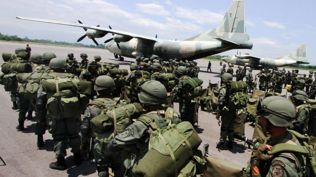 Venezuelan marines deplane from a Venezuelan Air Force Chinese-made Y-8F-100 transport aircraft in La Fria, Tachira state, Venezuela, close to the Venezuela-Colombia border on August 31, 2015. Venezuela started taking a census Monday in towns along the border with Colombia as part of a diplomatic spat that has seen more than 1,000 Colombians deported. AFP PHOTO/GEORGE CASTELLANO