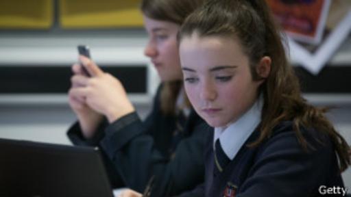 Un reciente estudio sugiere que en las escuelas donde se les prohíbe a los niños tener celulares, los resultados académicos se han incrementado en más de 6%.(Foto: Getty)