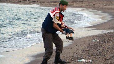 Niño que conmueve al mundo tenía 3 años y escapaba del terror