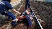 Violenta detención de tren con refugiados en Hungría [VIDEO]
