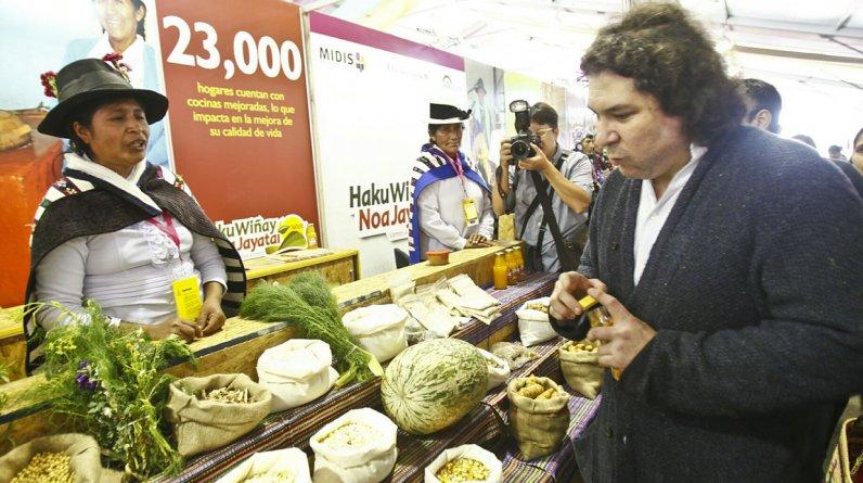 Gastón Acurio hizo un recorrido por El Gran Mercado de Mistura y se llevó varios productos. (El Comercio / Richard Hirano)
