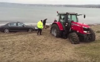 Un tractor se atolla al rescatar un Bentley atollado [VIDEO]