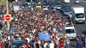 Hungría: Más de 1.000 refugiados caminan en dirección a Austria