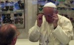 El Papa Francisco causa revuelo al ir a comprar lentes [VIDEO]