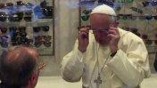 El Papa Francisco causa revuelo al ir a comprar lentes [VIDEO]
