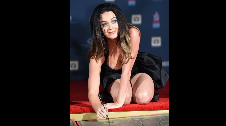 Katy perry se mancho las manos.