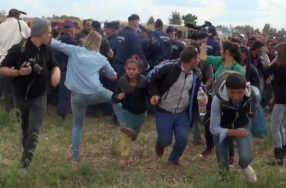 Periodista húngara podría ir a prisión por patear a refugiados