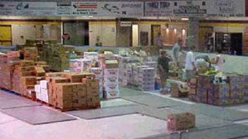 Las donaciones no se hicieron esperar: agua, alimentos no perecederos y medicinas se almacenaron en el coliseo de la escuela primaria. (Foto: Gander Townhall)