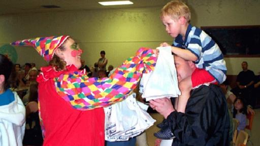 Muchos de los habitantes de Gander se vistieron de payasos para animar a los niños que se quedaron en tierra durante esos cuatro días. (Foto: Gander Townhall)